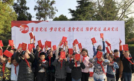 学生们手持宪法读本